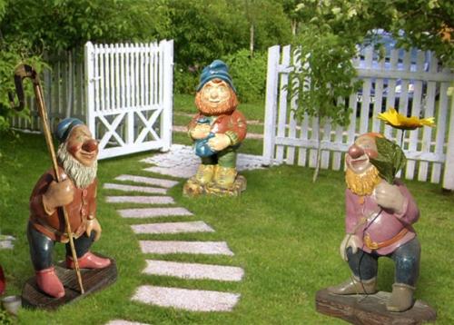 Гномики, охраняющие садовую дорожку