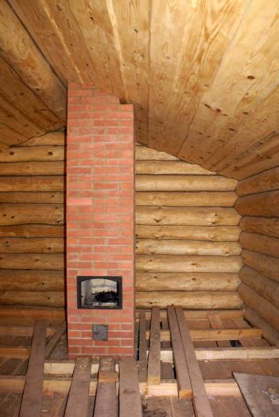 Готовая конструкция в бревенчатом строении.