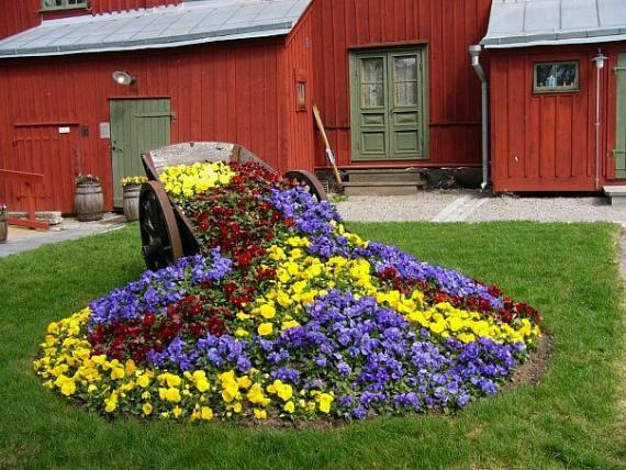Готовые цветочные композиции в саду