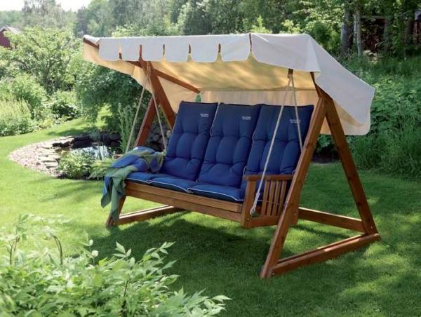 Именно с диваном-качелями у многих ассоциируется размеренный дачный отдых