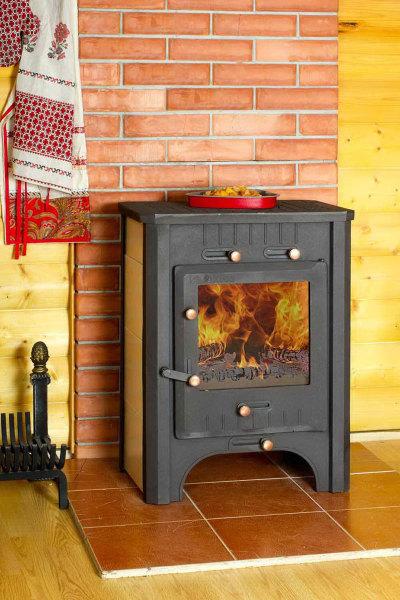 Интересный вариант - дровяная печь для дачи с плитой
