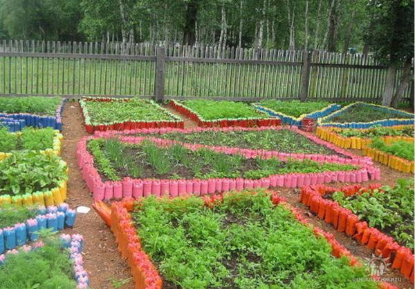 Использование пластиковых бутылок на даче для зонирования огорода