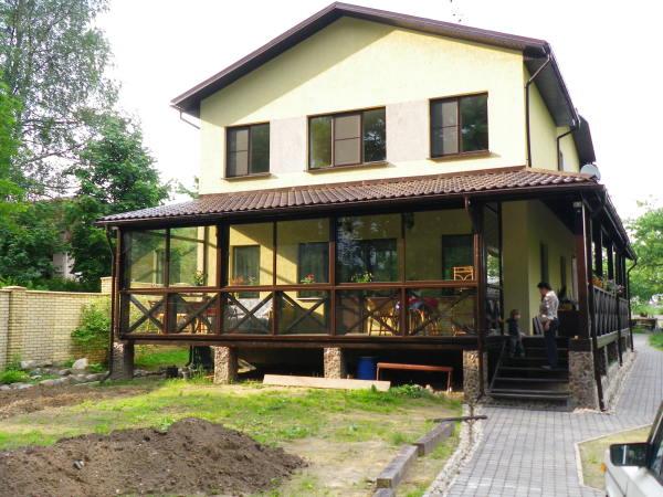 Использование свайных фундаментов или бетонных опор считается самым простым техническим решением при создании оснований