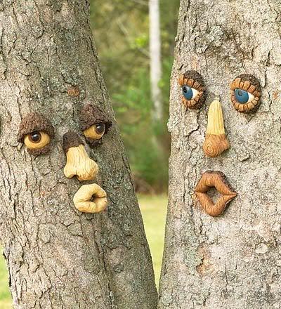 Используем ствол дерева для «ваяния» смешных или сказочных рожиц.