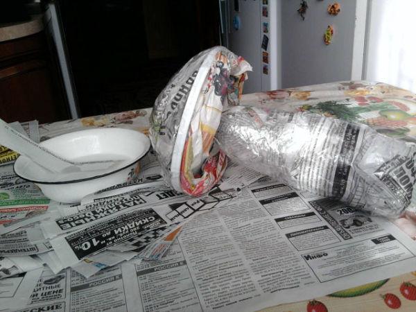 Из папье маше формируем гриб.