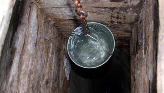 Колодец – наиболее традиционный и распространенный источник воды за городом.