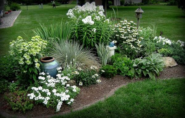 Красивая дача с цветами садами в монохромном оформлении способна стать настоящим источником цветотерапии
