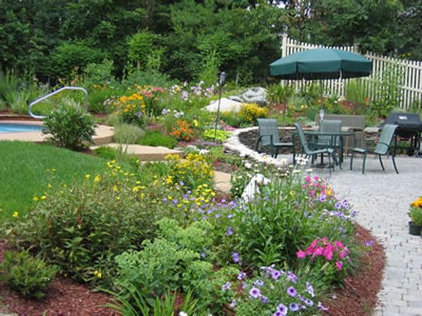 Красивый участок с цветником, бассейном и зоной отдыха