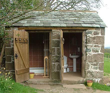 Летние туалеты и душ устанавливают на значительном удалении от основного строения и мест отдыха