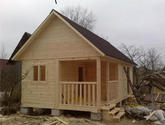 Любительское фото готового домика для дачи из деревянного бруса