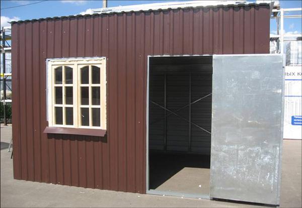 Металлический хозблок для дачи гораздо проще в исполнении, чем деревянный