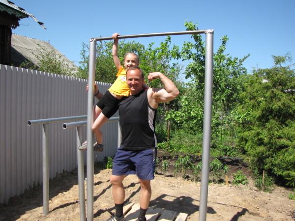 Миниатюрная спортплощадка позволяет провести полноценную силовую тренировку.