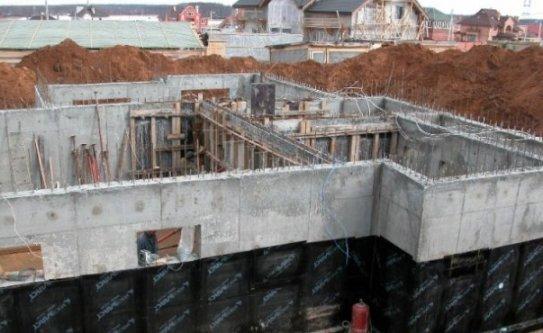 Монолитное строительство – процесс трудоемкий, требующий привлечения строительной техники