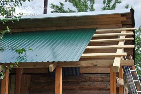 Монтируем стропильную систему односкатной крыши и укладываем кровельный пирог.