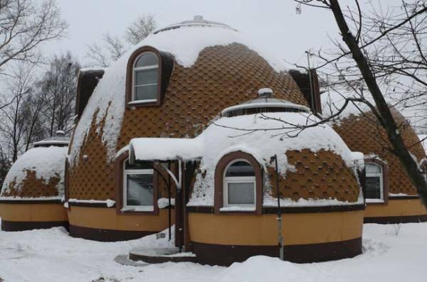 Можно построить даже круглый дачный дом, но такой объект по силам лишь профессионалам