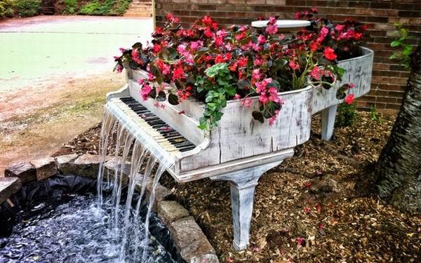 Музыкальный инструмент превратился в фонтан-клумбу
