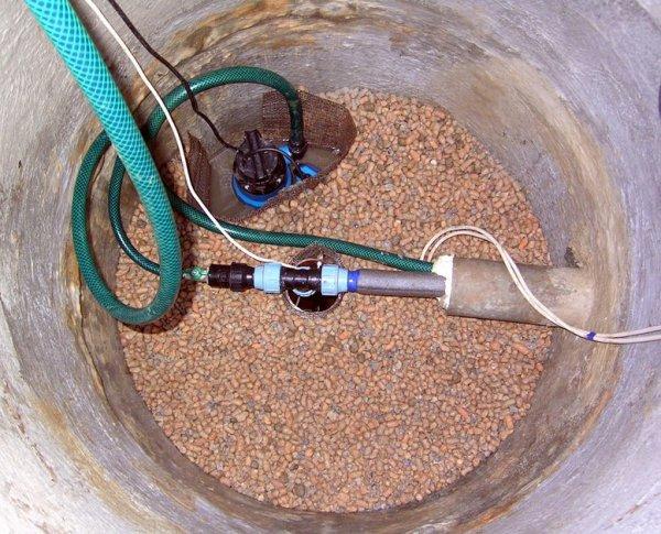 На этом фото вы можете увидеть методику подключения насоса в скважине