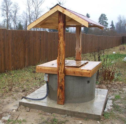 На фото - дачный автономный источник водоснабжения из ж/б колец