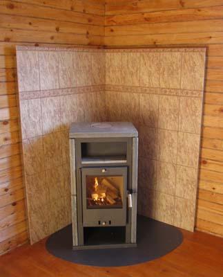 На фото - деревянные стены защищены теплоизоляционными перегородками