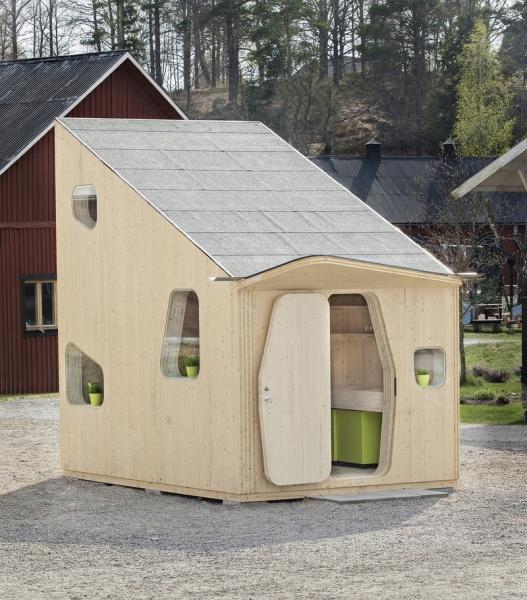 На фото - фанерный дом для загородного участка