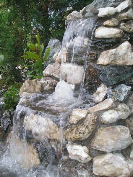 На фото - фонтан с водопадом.