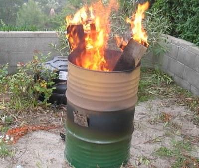 На фото - как правильно очистить участок от мусора в бочке