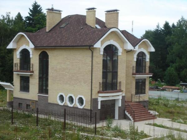 На фото - кирпичный дачный дом
