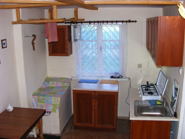 На фото - компактная и недорогая кухонная мебель для дачного домика
