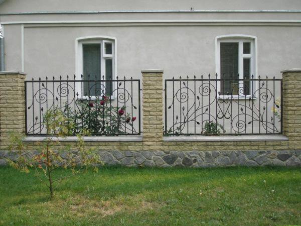 На фото - красивый кованый забор, соответствующий требованиям по высоте и светопрозрачности.