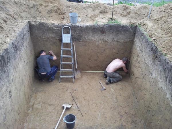 На фото - подготовка котлована к строительству