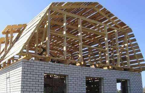 На фото - постройка дачи с ломаной крышей под мансарду
