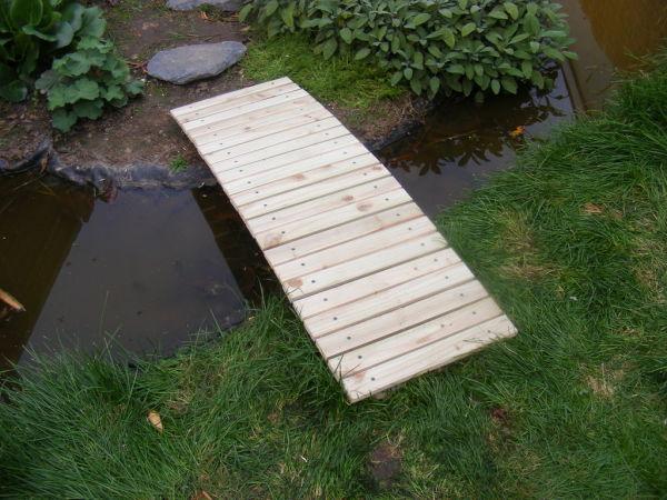 На фото - простой японский деревянный мостик