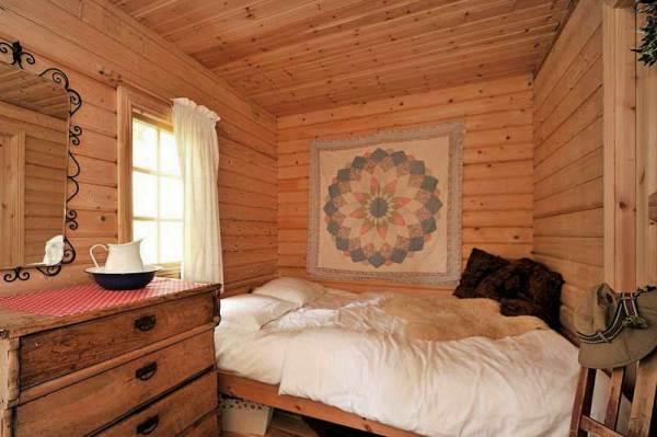 На фото - спальня в доме из бруса