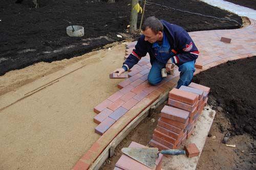 На фото - тротуарная плитка на даче своими руками, выложенная по песку