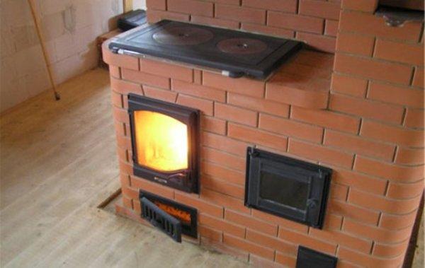 На фото — дачная печь с варочной поверхностью