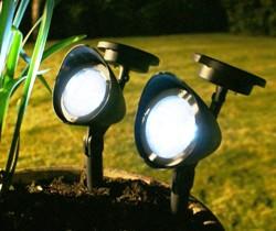 На фото – фонари для участка на солнечных батареях