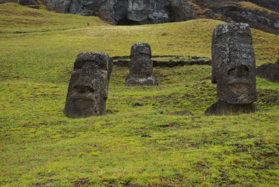 На фото — головы великанов с острова Пасхи