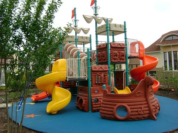 На фото – компактная пластмассовая детская площадка