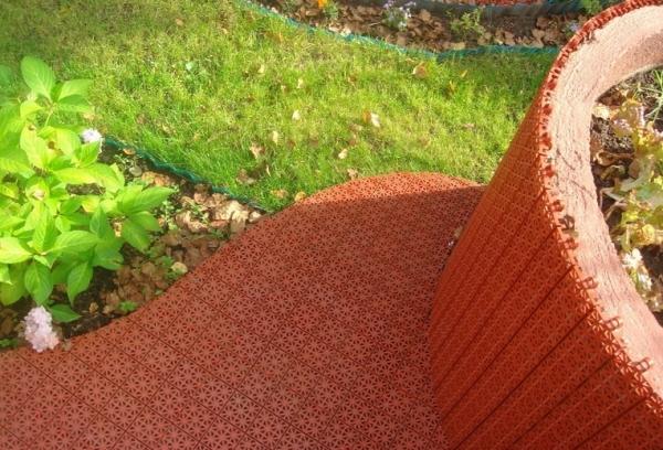 На фото – один из вариантов пластикового покрытия для сада
