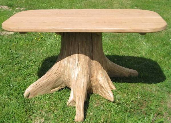 На фото – пень используется как опора стола