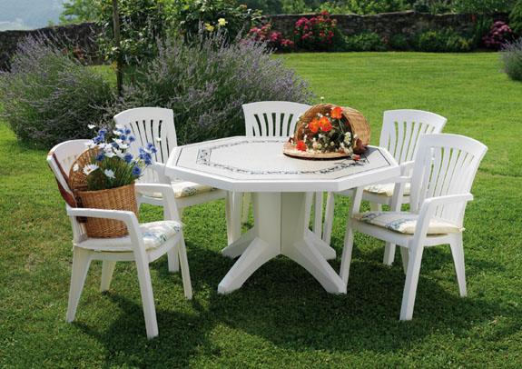 На фото – покупная мебель из ПВХ для загородного дома