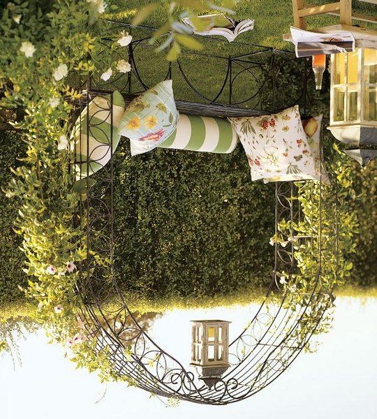 На фото: можно совместить арку со скамейкой и получить отличное место для отдыха