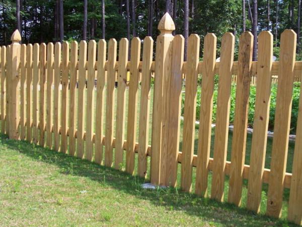 На фото представлен один из вариантов деревянной ограды.