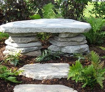 На фото пример простой каменной скамьи
