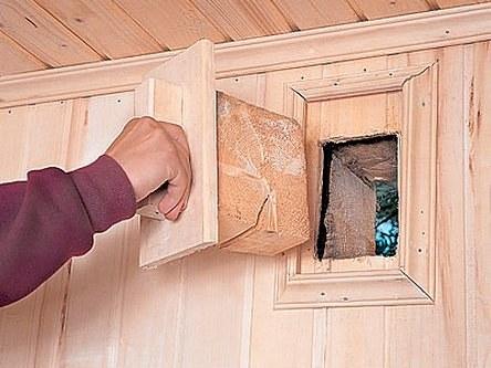 На фото: простейшим вариантом естественной вентиляции является закрываемый лючок в верхней части стены