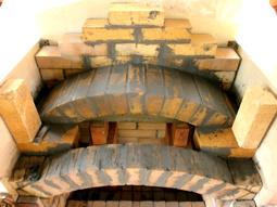 На фото видны арочный свод печного портала (внизу) и арка топки (вверху)