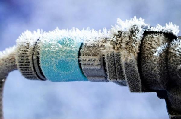 На зиму дачный водопровод лучше сбросить.