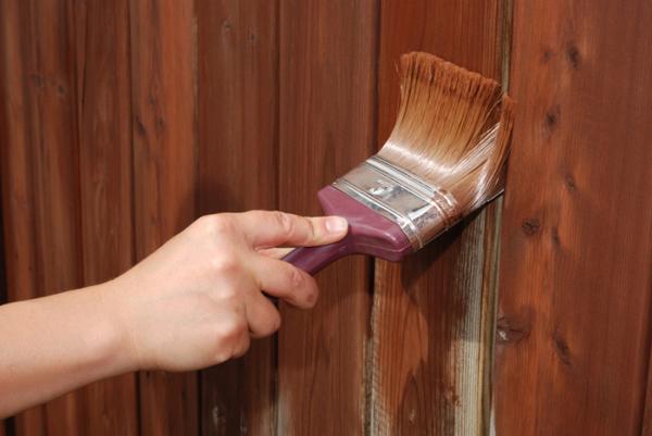 Наносим строительной кистью краску или другое защитное покрытие.