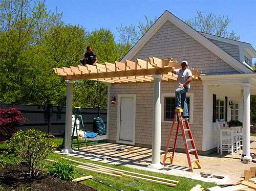 Навес можно пристроить к основному строению.