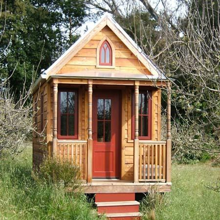 Небольшой дачный домик из дерева